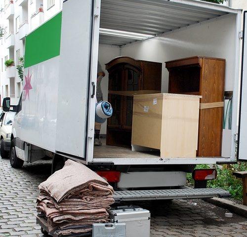 Költöztetés Budapesten, kiszámítható árakkal, szakképzett rakodókkal. Hirdeti magáról a Tutiteher költöztetés. Mi próbára is tettük őket.